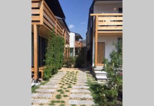 里山のある町角 家と家の間のスペース
