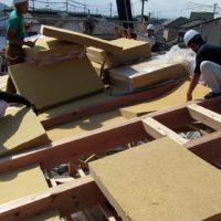 木の繊維断熱材の施工の様子